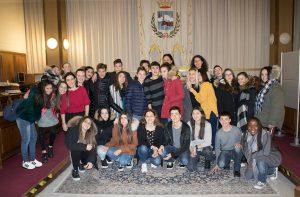 Gli alunni delle classi II^A Socio-Sanitario e II^B Turismo nella Sala Consiliare del Municipio di Follonica