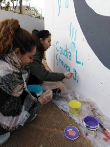 Alunne impegnate nella firma del murale