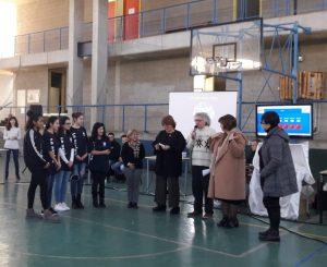 Il prof.Canessa si congratula con la squadra vincitrice